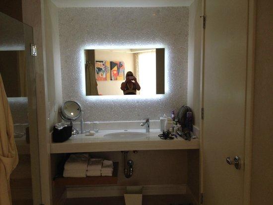 Tropicana Las Vegas - A DoubleTree by Hilton Hotel : Vanity Area