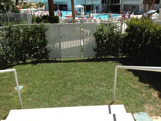 Tropicana Las Vegas - A DoubleTree by Hilton Hotel : Private Lawn Area at Terrace