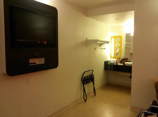 Motel 6 Corpus Christi - N. Padre Island: Sink and TV