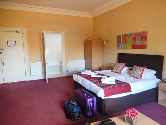 Royal Mackintosh Hotel: big comfy bed