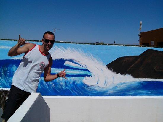 Surf Riders Fuerteventura: pintura muro surf riders