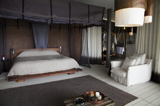Chinzombo - Norman Carr Safaris : Family chalet master bedroom