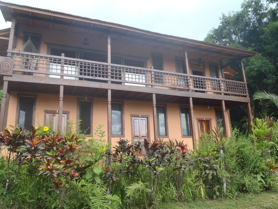 Tranquilo Lodge : view of the front of the lodge, from the road