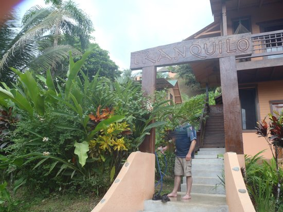 Tranquilo Lodge: walkway from road to enter lodge