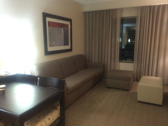 Embassy Suites by Hilton Ontario-Airport: リビング