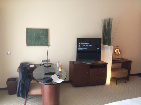 Park Hyatt Zurich: Work area and TV