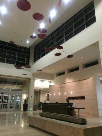 Embassy Suites by Hilton Ontario-Airport : ロビー