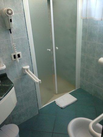 Hotel Aurora: Bagno stanza normale: w la doccia!!