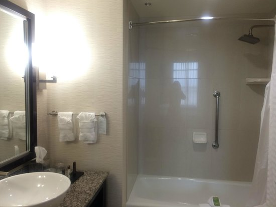 Embassy Suites by Hilton Ontario-Airport: バスルームもきれいです