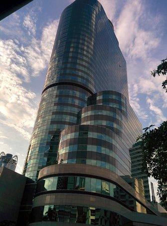 InterContinental Bangkok: チットロムからの外観