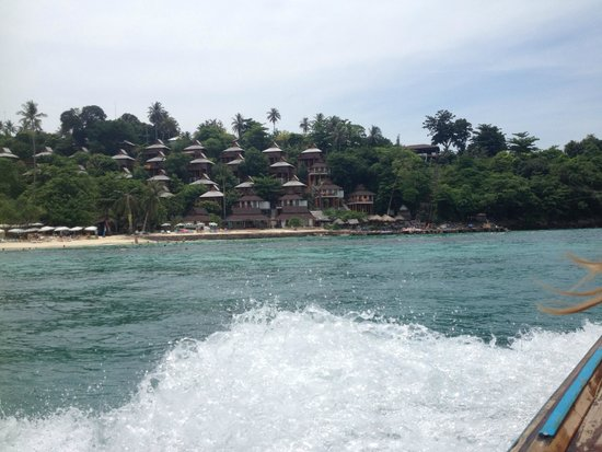Phi Phi The Beach Resort: Arriving to the Hotel (view from de longtail boat)