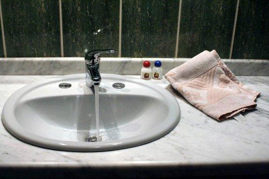 Hostal Patrimonio - Sucre: Baño Habitación