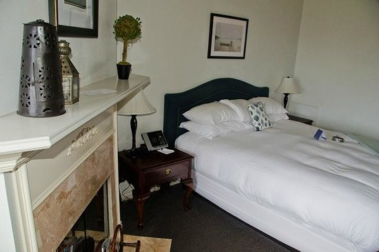 Blue Lantern Inn - A Four Sisters Inn : Bedroom