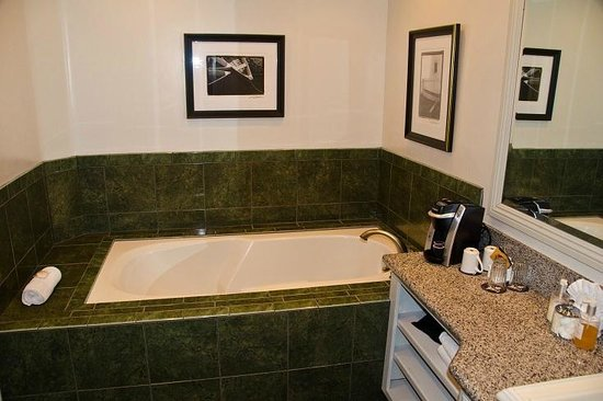Blue Lantern Inn - A Four Sisters Inn : Bathtub was separate from Potty/Shower