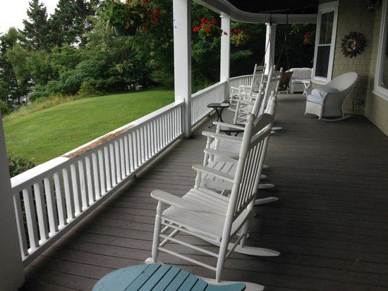 Grey Havens Inn : Porch over-looking grounds and ocean