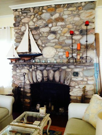 Grey Havens Inn : Mantle in living area