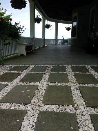 Grey Havens Inn : Crumbled seashell walkway