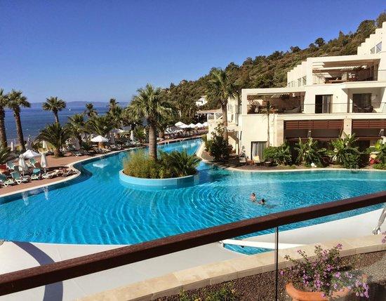 Paloma Pasha Resort : Hotel & pool from the terrace bar