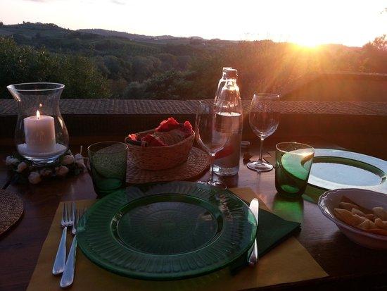 Agriturismo Podere Torricella - Fattoria il Turco : tavolo con vista