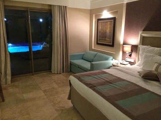 Paloma Pasha Resort: Room with access to terrace & pool
