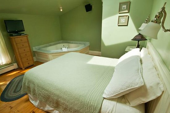 James Place Inn Bed and Breakfast: Deluxe Jacuzzi Room - Green Room