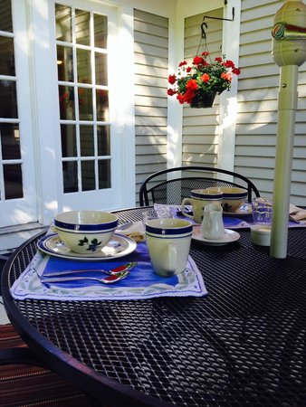 James Place Inn Bed and Breakfast: Enjoy Breakfast on Our Deck