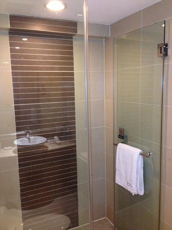 Grand Noble Hotel : Walk-in shower