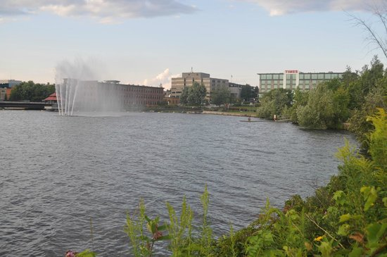 Grand Times Hotel Sherbrooke : The hotel with the lake