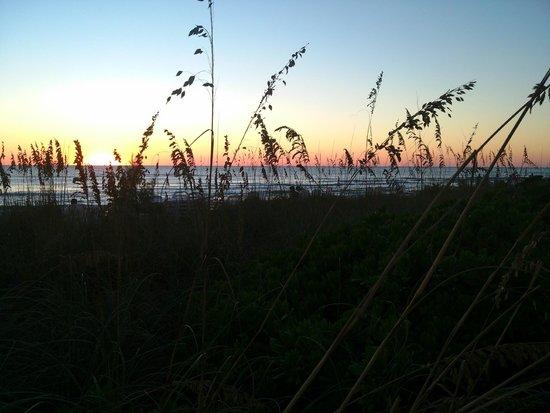 Sand Cay Beach Resort: Beautiful sunset views....