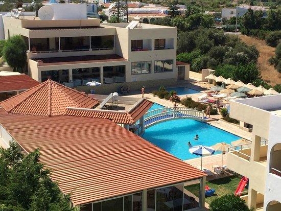 Memphis Beach Hotel : Blick auf die Poolanlage mit Sonnenterrasse
