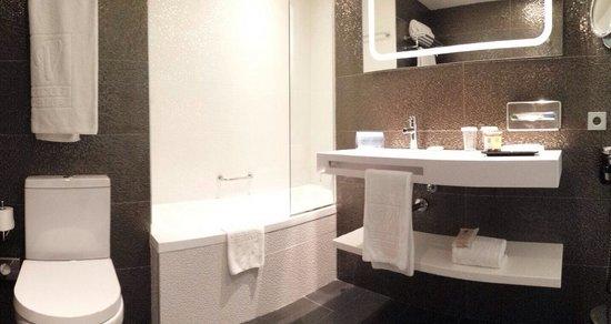 Vincci Gala Barcelona : Salle de bain entière