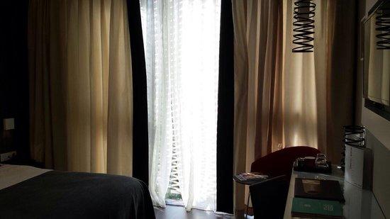 Rideau grillage aux vitres possibilit d 39 ouvrir la for Ouvrir la fenetre