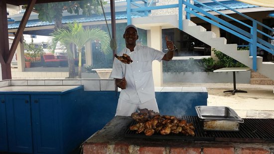 Negril Tree House Resort: Self-proclaimed Movie Star Chef Allan. What a character! Sings all day and makes great jerk chic