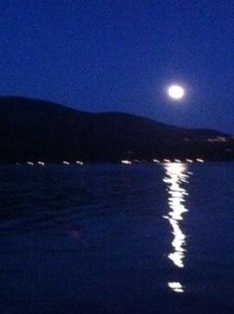 Museo del Lago Gutierrez : luna llena en lago gutierrez