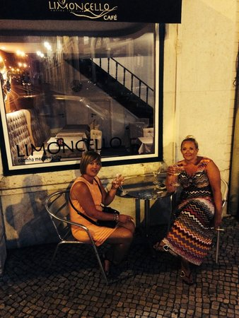 Limoncello: Girls chilling.