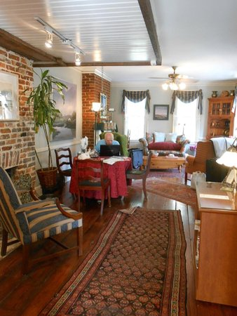 Armstrong Inns Bed and Breakfast: Living Room
