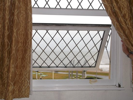 Royal Seabank Hotel : clean windows with sea view,ha ha