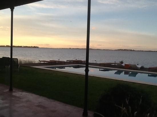 Estancia La Alameda: La Pileta , vista de la Laguna al anochecer