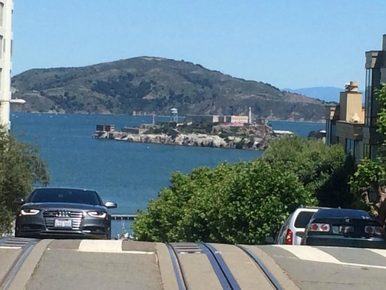 Cable Cars: 坂を下りていくと目の前にアルカトラズが この景色が見たいのです!