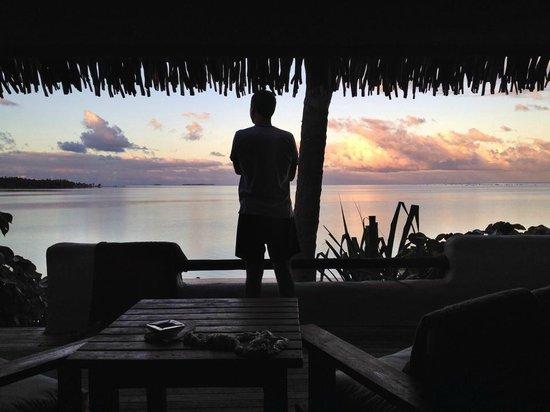 Pacific Resort Aitutaki: Veranda sunrise view.
