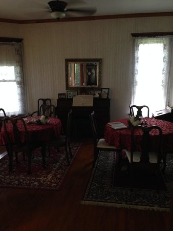 Marquis Manor Bed and Breakfast: Dining Room
