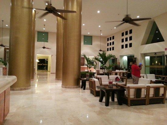 Ocean Breeze Riviera Maya Hotel: hall do resort