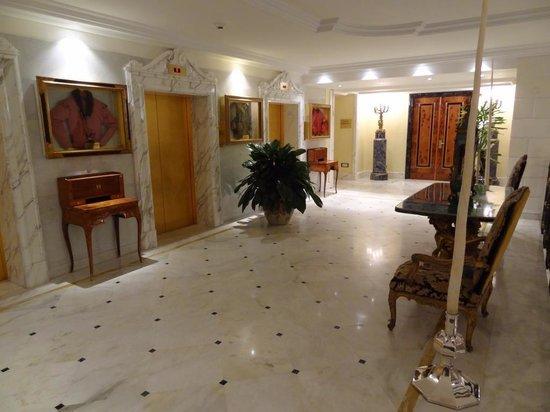 Rome Cavalieri, Waldorf Astoria Hotels & Resorts : Elevator lobby