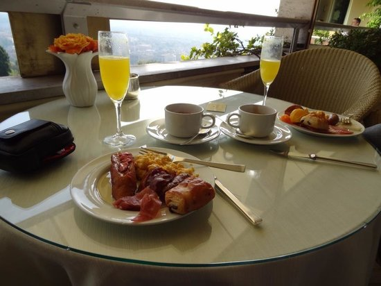 Rome Cavalieri, Waldorf Astoria Hotels & Resorts : Continental breakfast in the imperial lounge