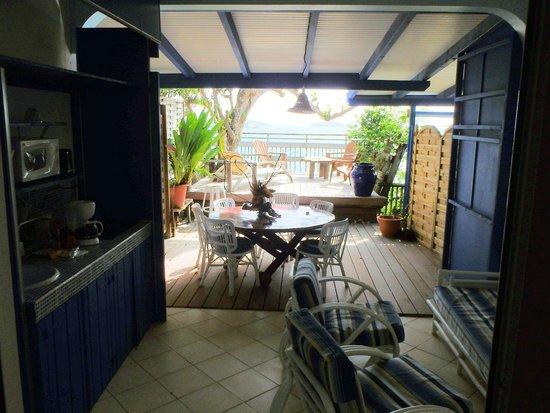 Hôtel Frégate Bleue : outdoor kitchen & sitting areas