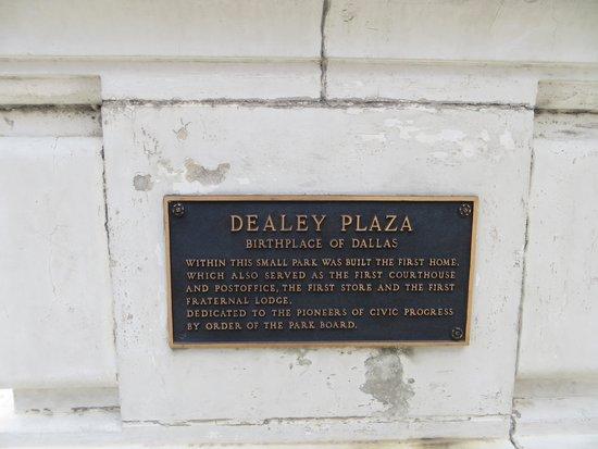 Dealey Plaza National Historic Landmark District : Dealey Plaza