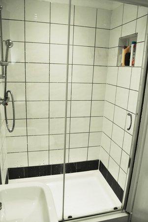 No.8 Hostel Willesden: Modern Shower Facilities