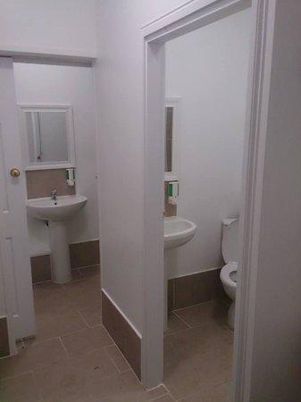 No.8 Hostel Willesden: Private Bathroom Facilities