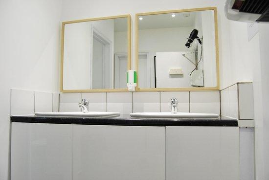 No.8 Hostel Willesden: Spacious Bathrooms