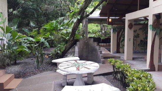 Jungle Beach Hotel at Manuel Antonio: Pequeña plaza, al fondo el pequeño lugar donde se sirven los desayunos
